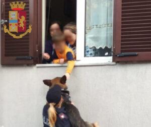 Bimbo in lockdown, agente di polizia gli fa accarezzare il cane